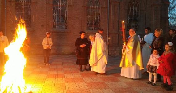 Навечерие Пасхи - зажение Пасхальной свечи от огня 2