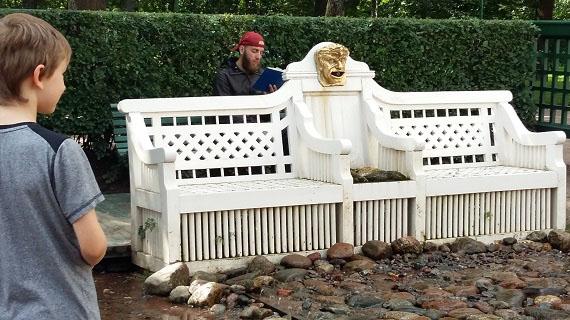 Петергоф. Скамейка фонтана-шутихи.
