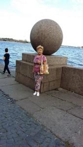 Гранитные шары на набережной Невы