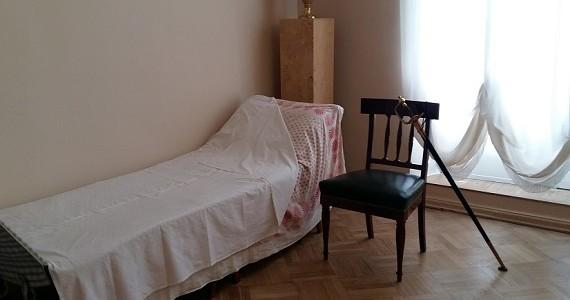 Царское село. Екатерининский дворец. Походная кровать Петра Великого