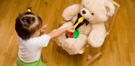 дети кормят игрушки