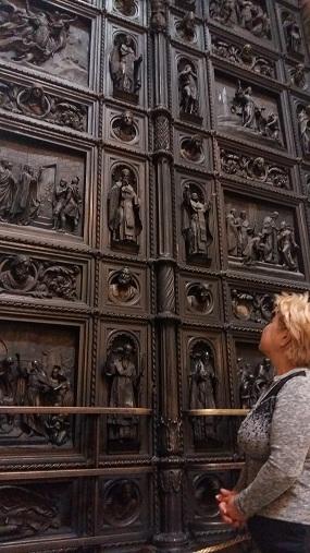 высокие двери